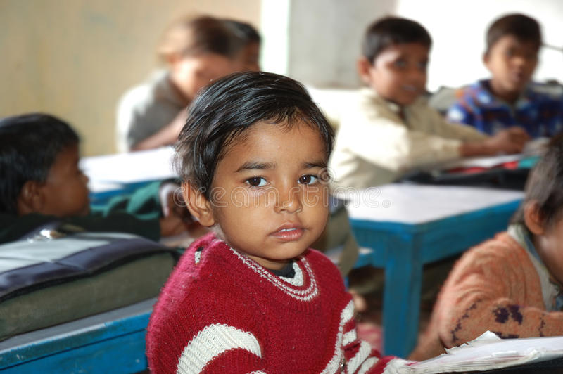 Menino na escola em Orchha, India do orfanato foto de stock