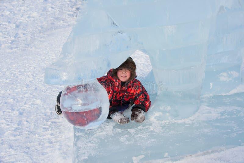 Menino na escultura de gelo, esplanad urbano imagem de stock