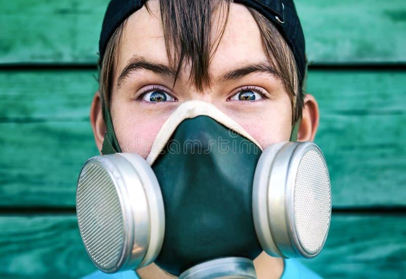 Menino na máscara de gás imagem de stock