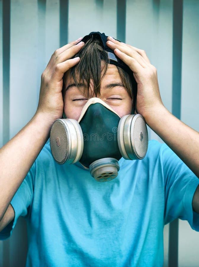 Menino na máscara de gás imagens de stock royalty free
