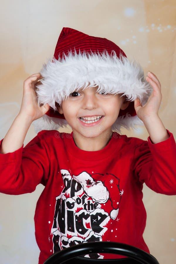 Menino no chapéu de Santa foto de stock