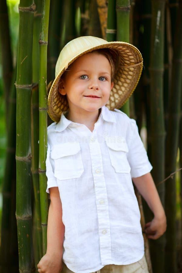 Menino no chapéu do safari foto de stock royalty free