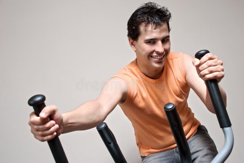 Menino no instrumento do treinamento no sportclub imagens de stock royalty free