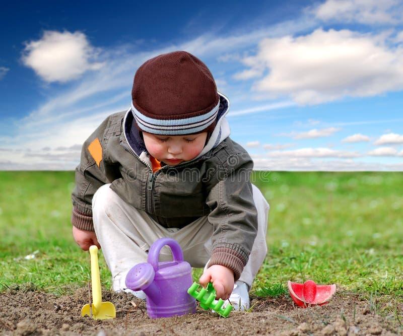 menino no jardim imagem de stock