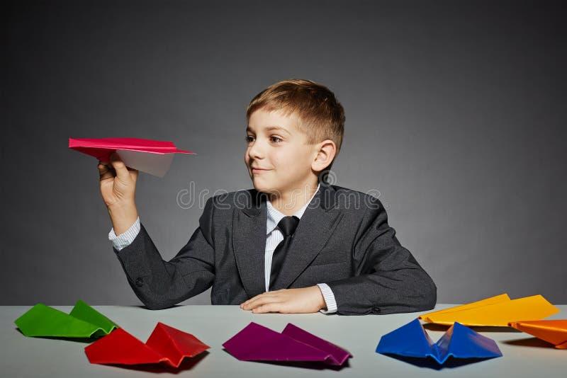 Menino no plano de papel de lançamento da cor do terno imagem de stock royalty free