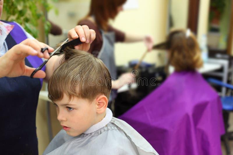 Menino no salão de beleza do hairdressing imagem de stock royalty free