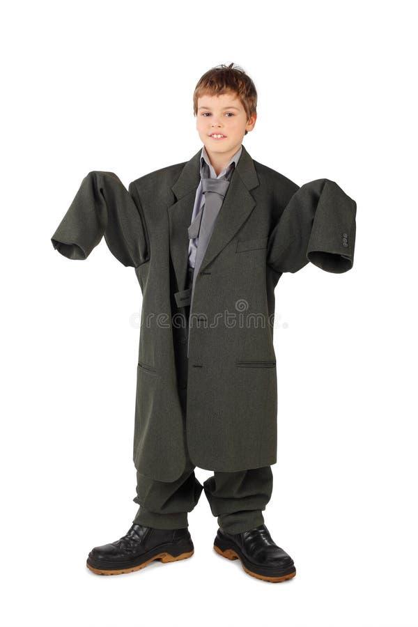 Menino no terno do homem grande e carregadores que estão isolados fotografia de stock