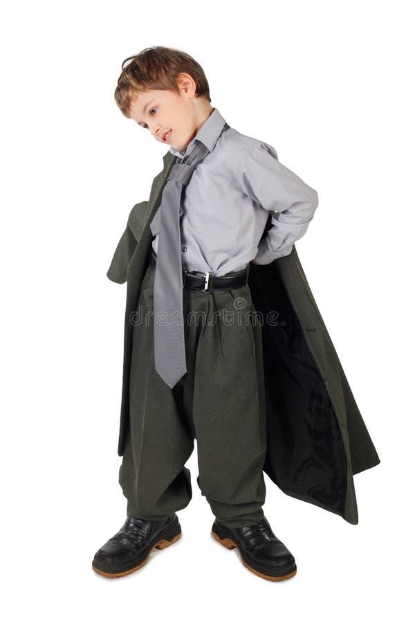 Menino no terno do homem grande e carregadores que vestem o revestimento fotografia de stock