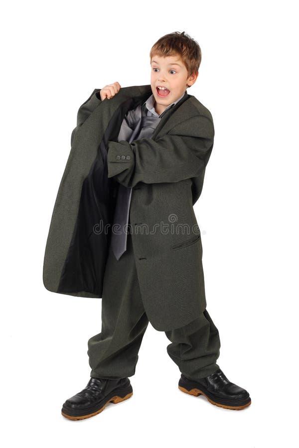 Menino no terno do homem grande e mão dos carregadores no bolso imagem de stock
