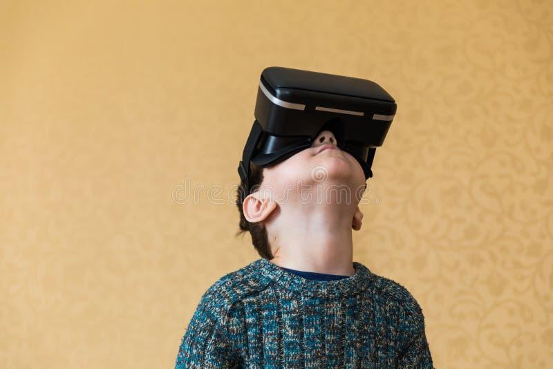Menino nos vidros da realidade virtual imagens de stock