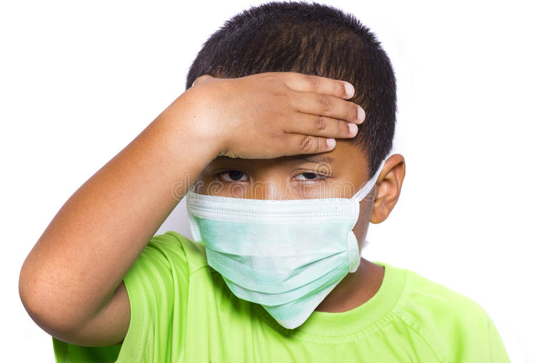Menino novo asiático que veste a máscara protetora descartável imagens de stock royalty free