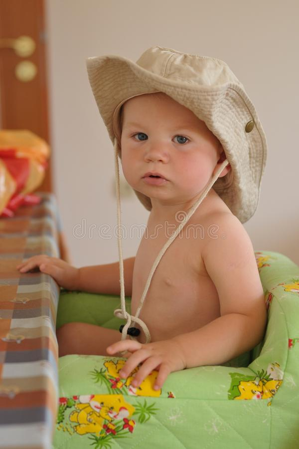 Menino novo com chapéu do safari imagem de stock royalty free