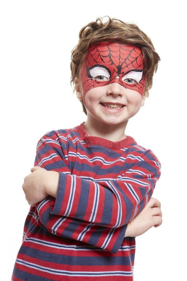 Menino novo com o spiderman da pintura da face imagens de stock