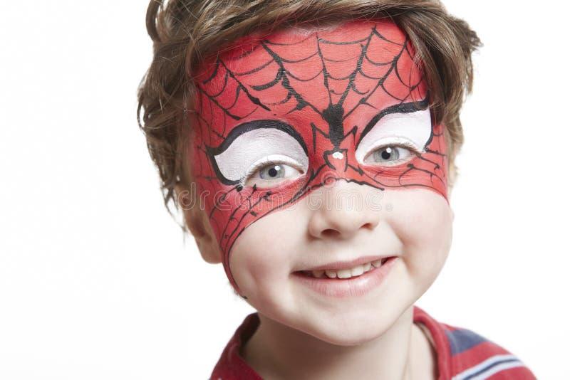 Menino novo com o spiderman da pintura da face fotos de stock royalty free