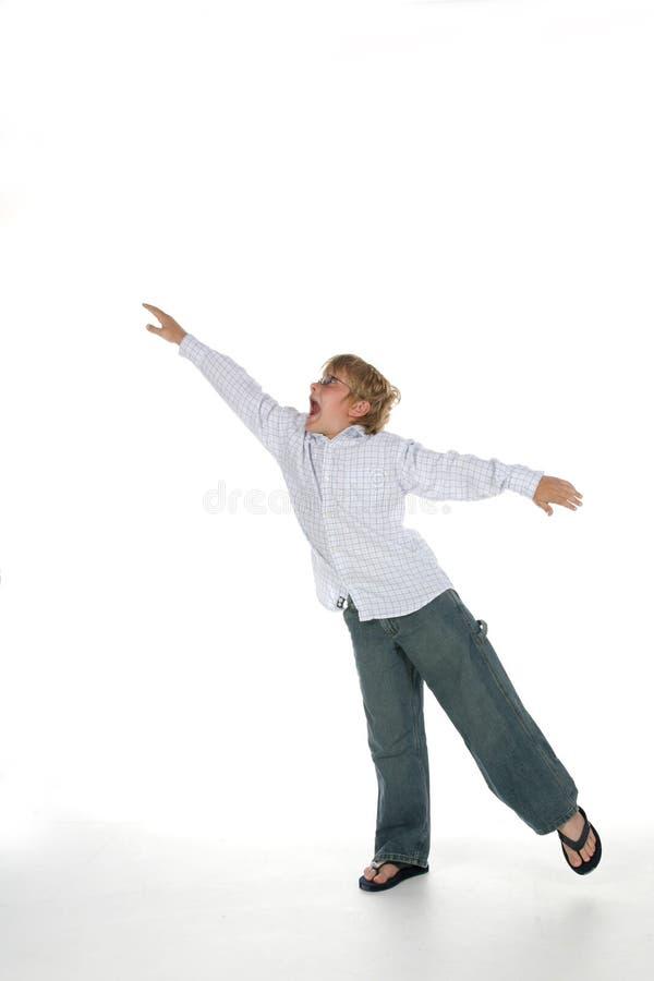 Menino novo com os braços outstretched foto de stock