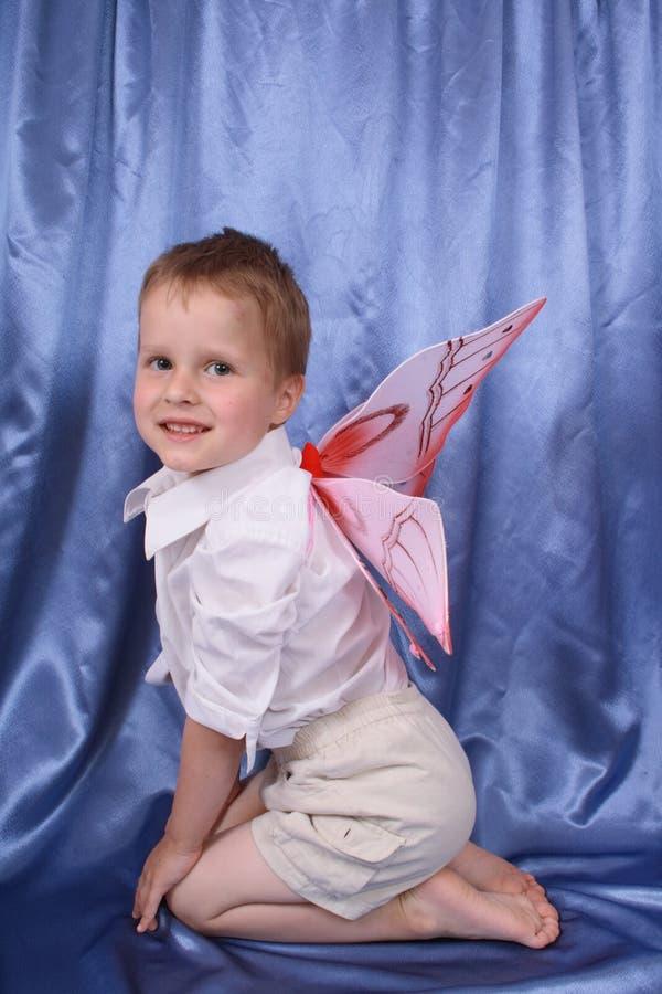 Menino novo como a borboleta foto de stock