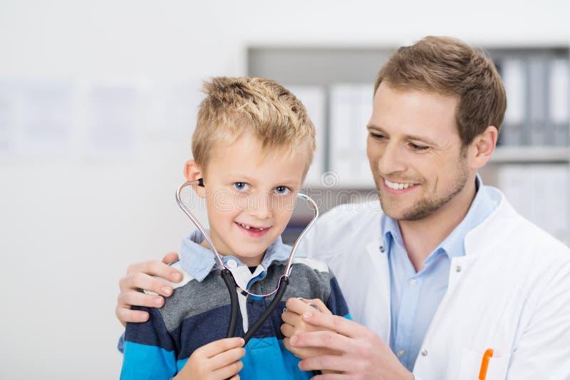 Menino novo de sorriso em uma cirurgia dos doutores fotos de stock royalty free