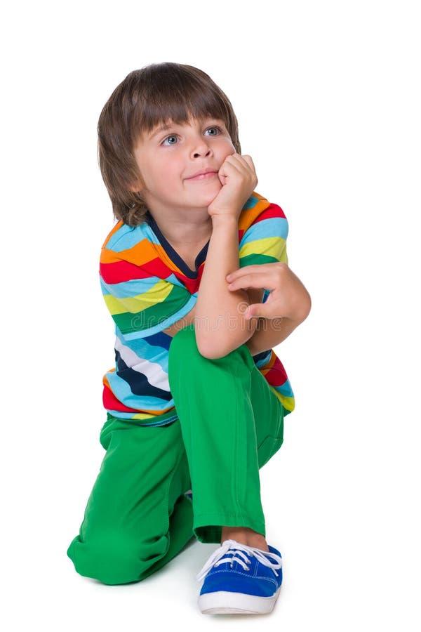 Menino novo de sorriso nas calças verdes foto de stock royalty free