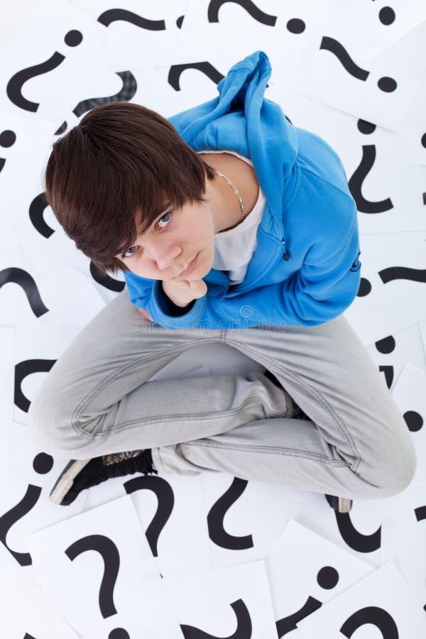 Menino novo do adolescente com lotes das perguntas foto de stock royalty free