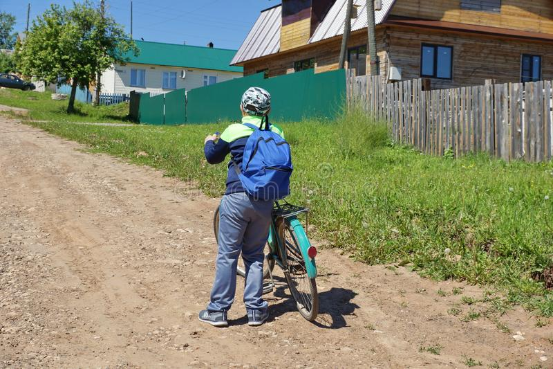 menino novo do turista em uma vista parada de viagem da bicicleta forwar fotos de stock