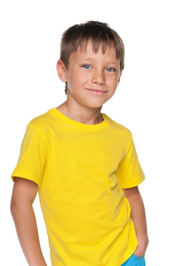 Menino novo em uma camisa amarela fotografia de stock royalty free