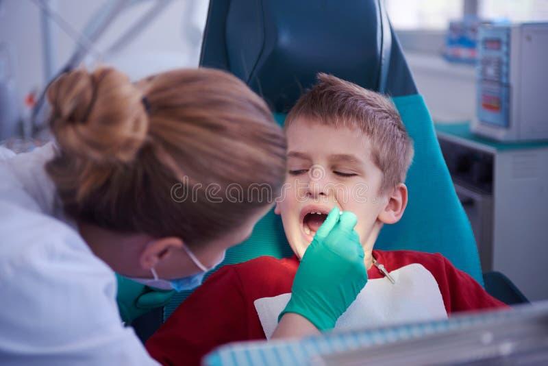 Menino novo em uma cirurgia dental fotografia de stock royalty free