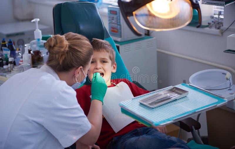 Menino novo em uma cirurgia dental foto de stock