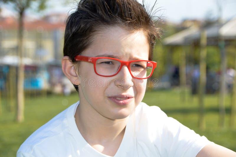 Menino novo eyewear vermelho fotografia de stock royalty free