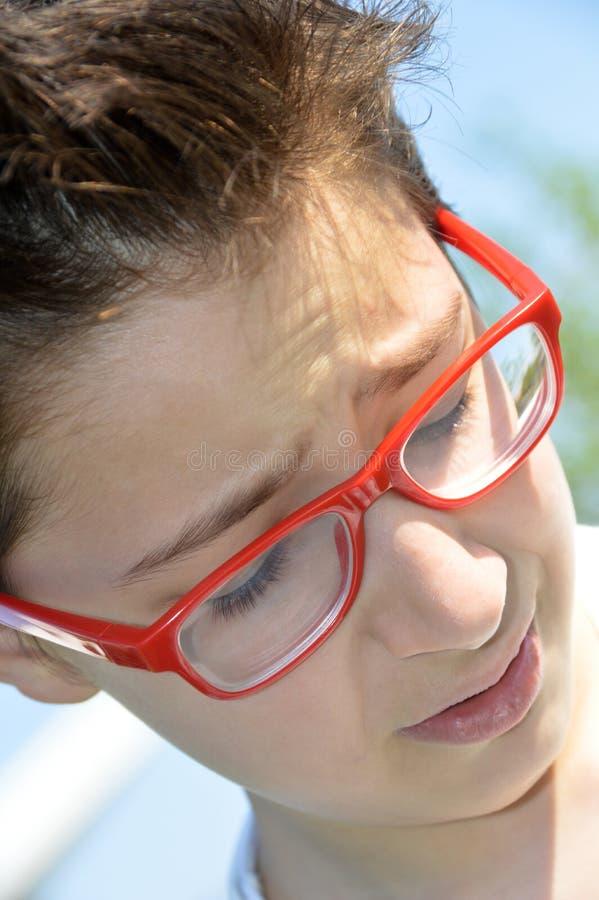 Menino novo eyewear vermelho foto de stock