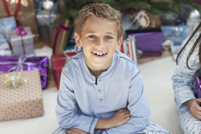 Menino novo feliz com presentes de Natal fotos de stock royalty free
