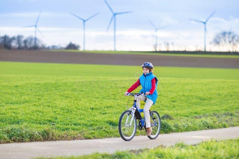 Menino novo feliz do adolescente que monta sua bicicleta fotografia de stock royalty free