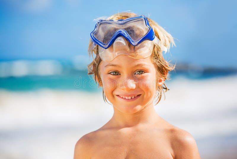 Menino novo feliz na praia imagens de stock royalty free