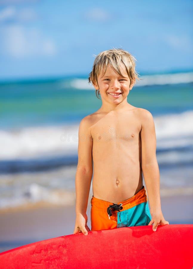 Menino novo feliz na praia imagem de stock royalty free
