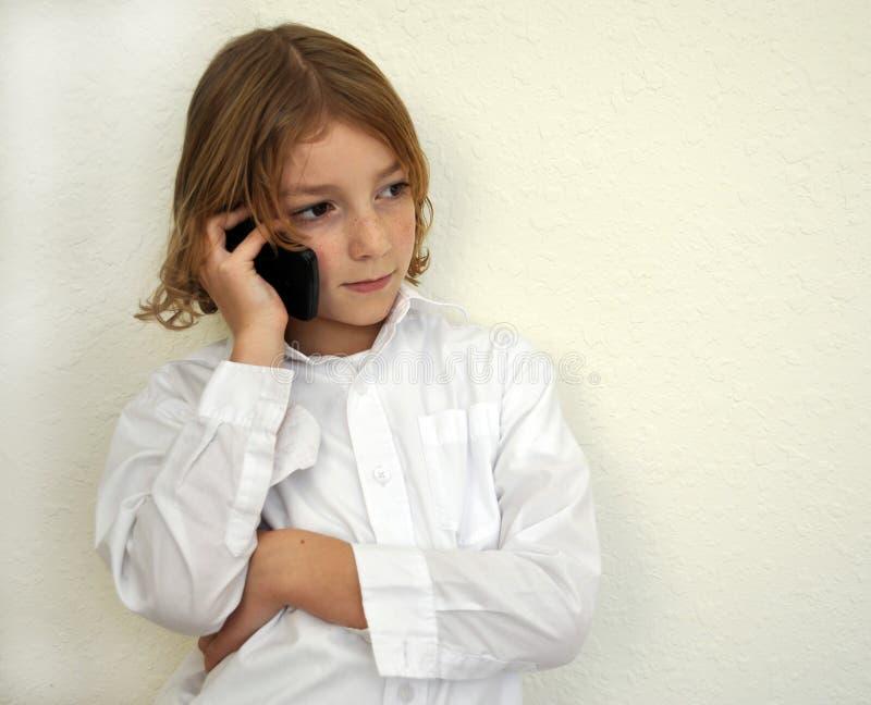 Menino novo fresco que fala no telefone foto de stock royalty free