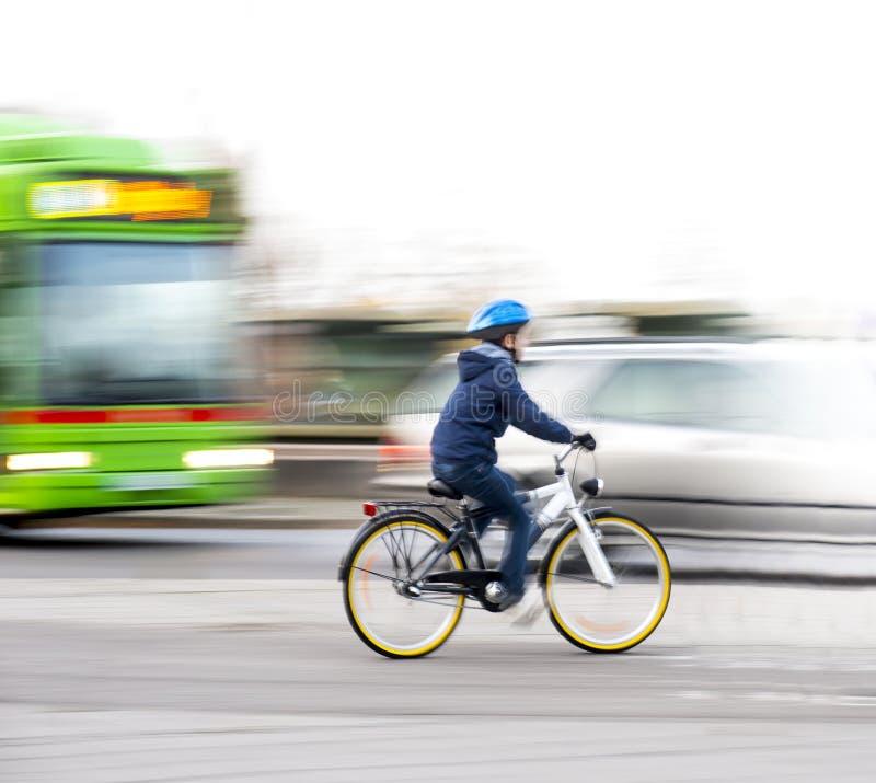 Menino novo na bicicleta foto de stock
