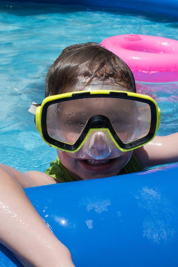 Menino novo na máscara da natação no close up da associação do quintal imagens de stock