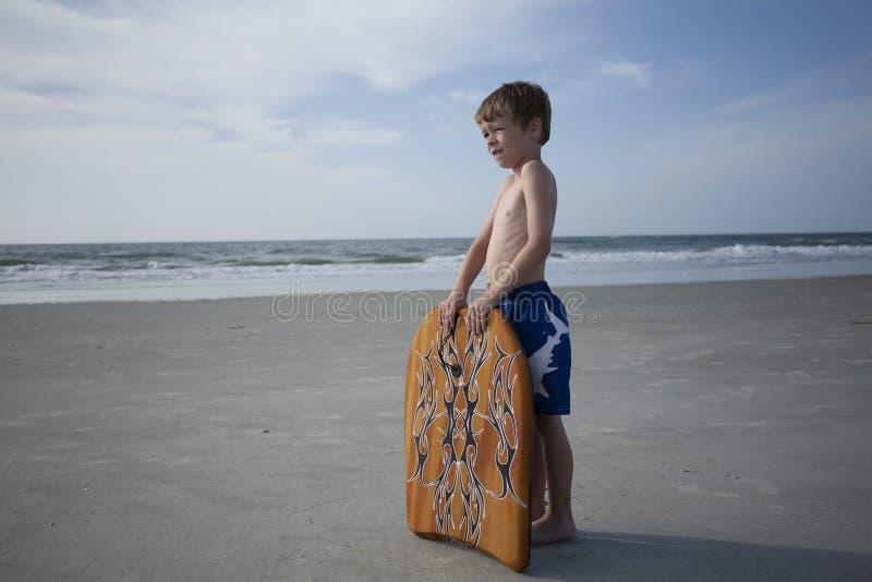 Menino novo na praia imagens de stock