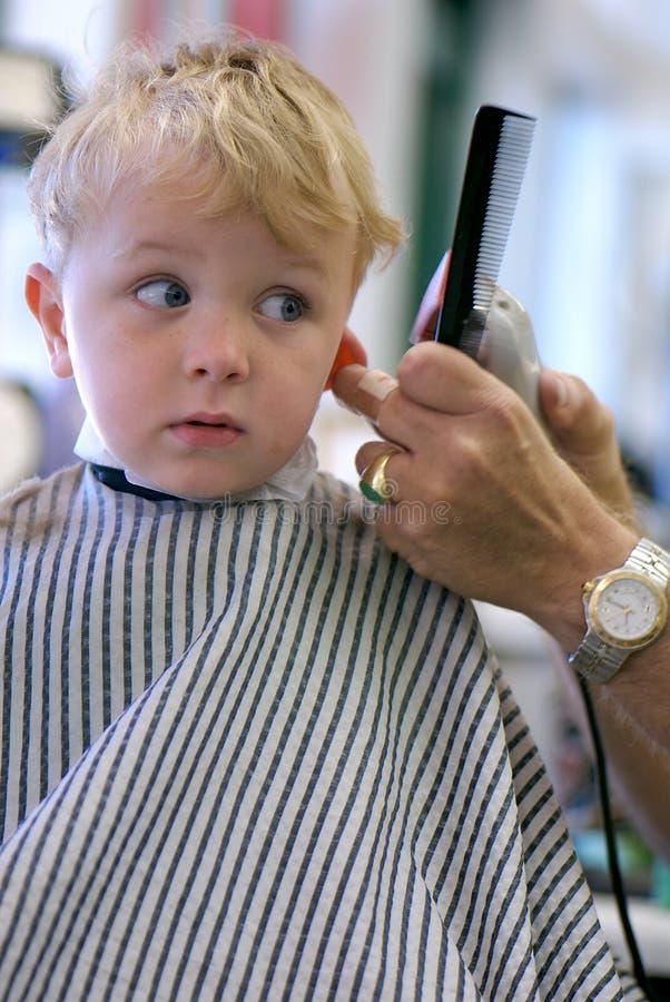 Menino novo que começ um corte de cabelo fotografia de stock royalty free