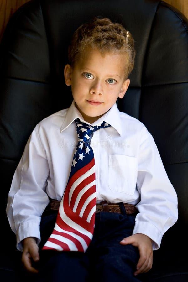 Menino novo que desgasta uma gravata da bandeira dos E.U. foto de stock royalty free