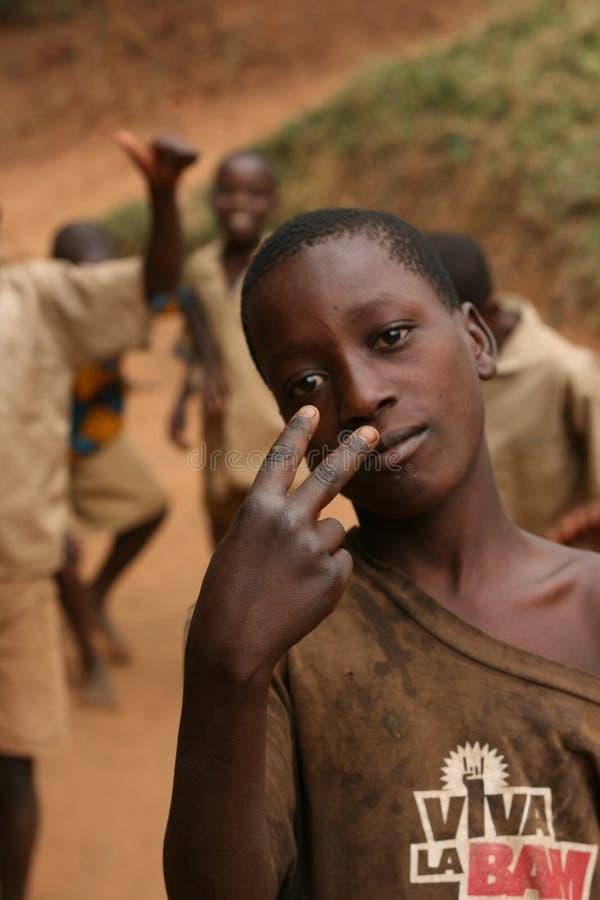 Menino novo que faz o sinal África da vitória foto de stock royalty free