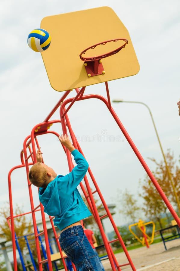 Menino novo que joga o basquetebol imagens de stock