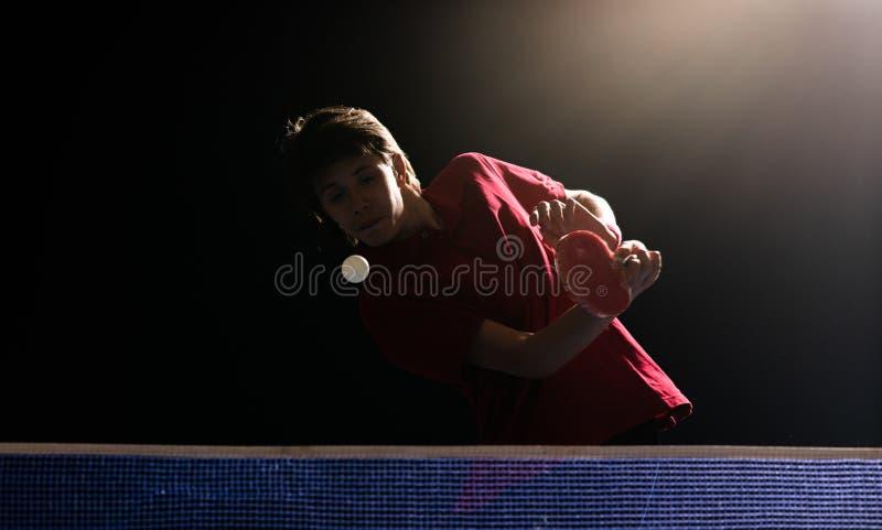 Menino novo que joga o tênis de mesa do pong do sibilo fotografia de stock