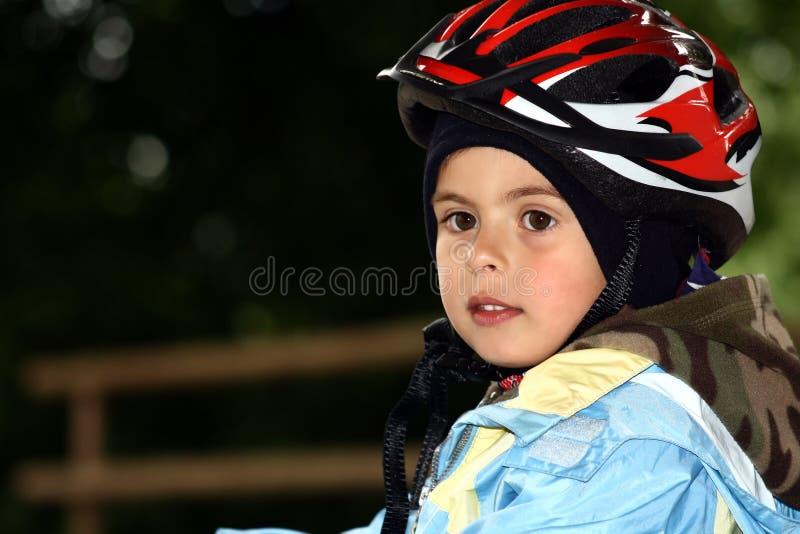 Menino novo que monta uma bicicleta fotos de stock