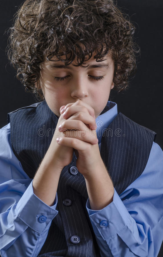 Menino novo que Praying imagem de stock royalty free