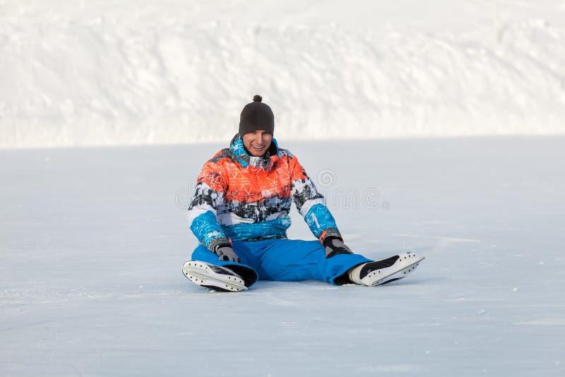Menino novo, um patim no lago congelado imagem de stock