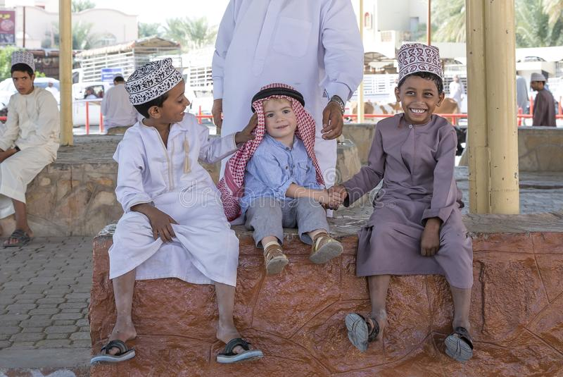 Menino omanense que faz amigos com menino europeu imagens de stock royalty free