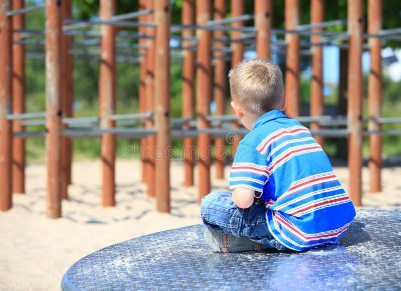 Menino ou criança pensativa da criança no campo de jogos fotografia de stock