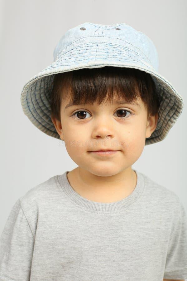 Menino pequeno adorável com os olhos escuros grandes fotos de stock royalty free