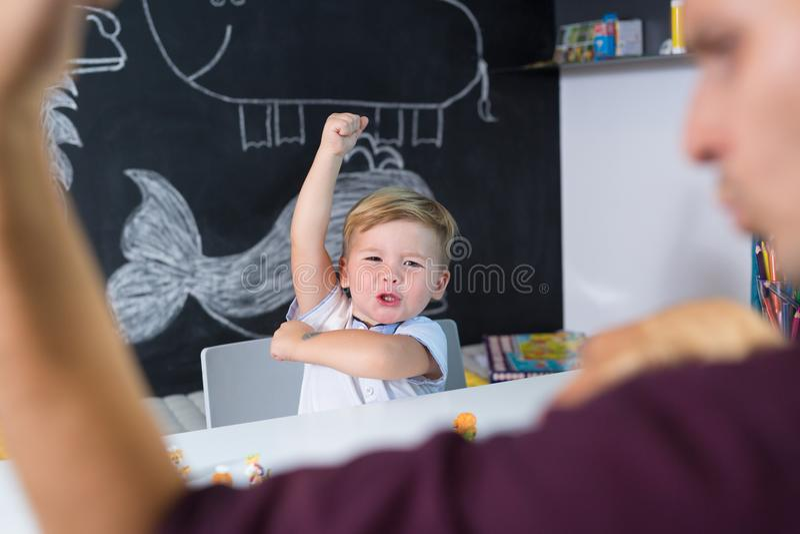 Menino pequeno bonito da criança na sessão de terapia da criança fotografia de stock