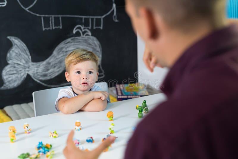 Menino pequeno bonito da criança na sessão de terapia da criança foto de stock royalty free